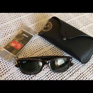 Ray-Ban Women's Wayfarer Sunglasses EUC